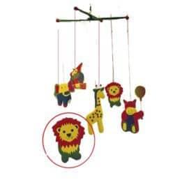 mobile met leeuwn giraf, olifant, rood geel blauw groen