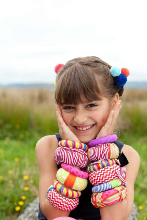 Seedling meisje met eigen gemaakte armbanden